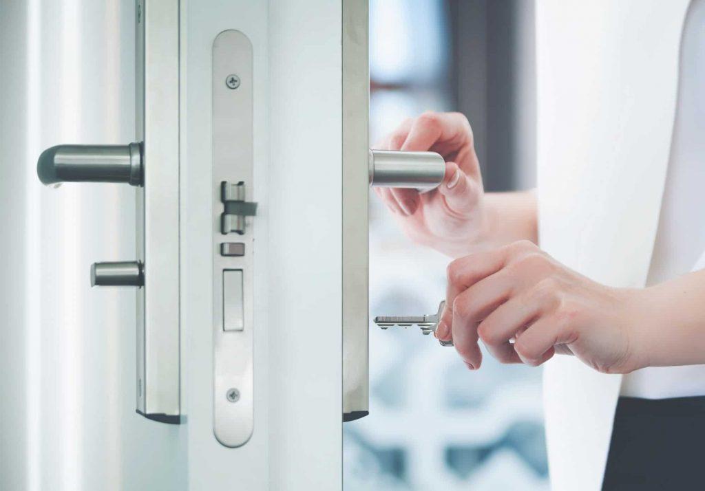 Un artisan serrurier peut ouvrir votre porte si jamais vous l'avez claquée en vous hâtant de sortir