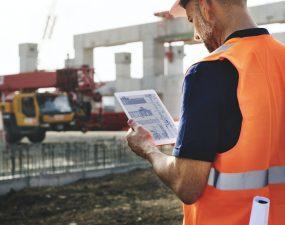 Ingenieur sur site de construction