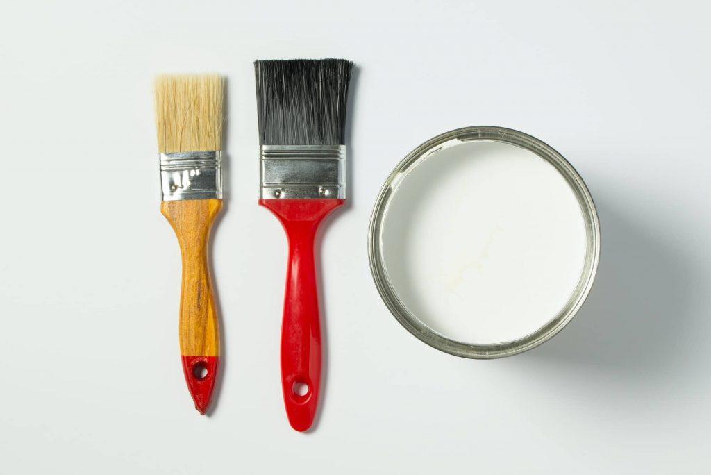 peinture et peinceau pour peindre carrelage