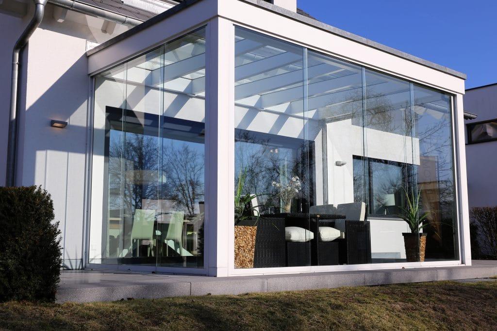 Maison résidentielle avec véranda toute en verre, photo extérieure
