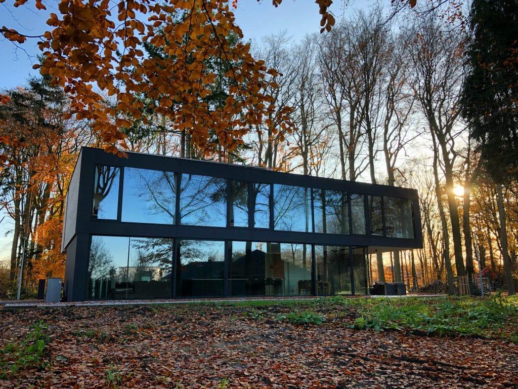 Moderne t luxueuse maison en verre - ambiance foret en automne - Brugge, Belgique