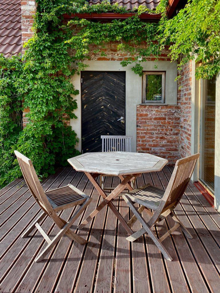 Plusieurs matériaux peuvent être utilisés pour la construction d'une terrasse sur pilotis